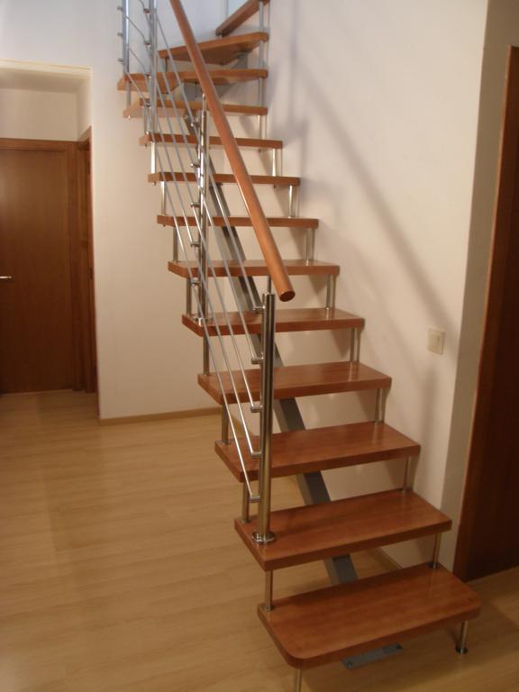 Escalera de hierro forjado y madera con barandilla forja para for Escaleras hierro forjado