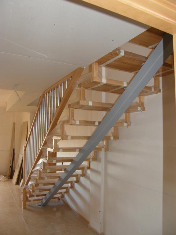 Demadera pavimentos y reformas en madera for Escaleras rectas de interior