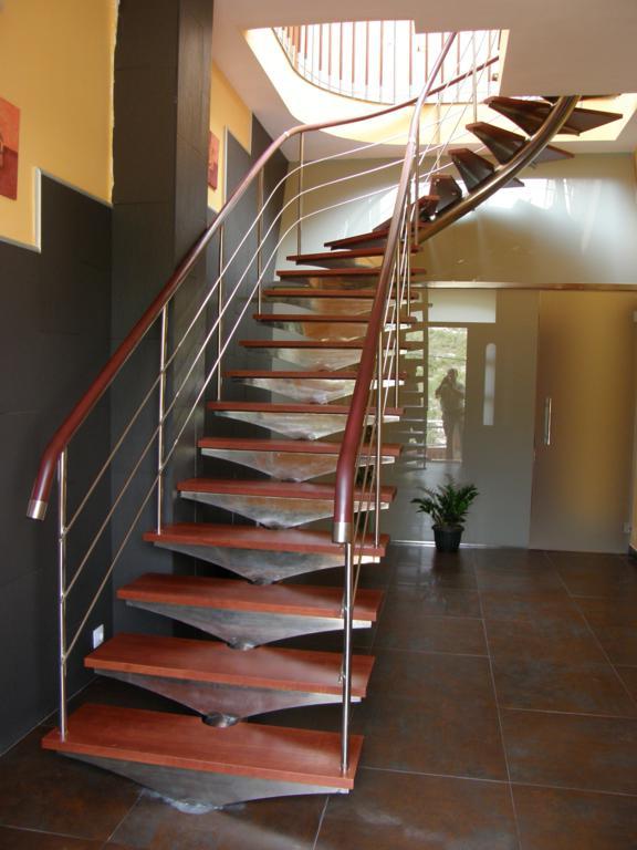 Demadera pavimentos y reformas en madera - Escaleras con peldanos de madera ...