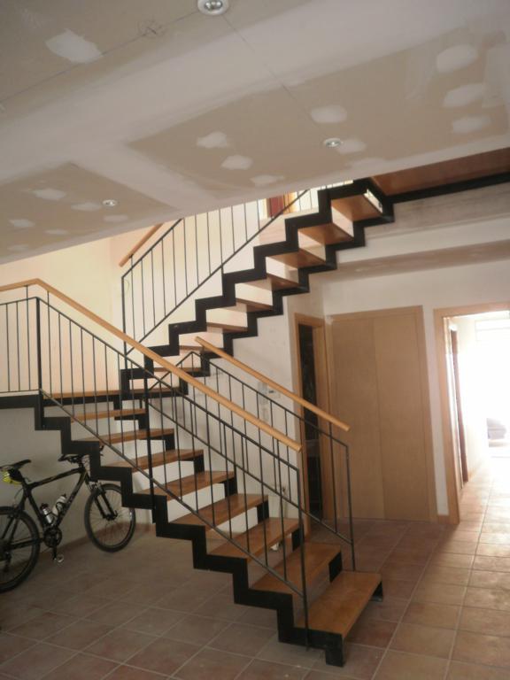 Demadera pavimentos y reformas en madera for Escalera recta de hierro y madera